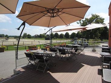 Photo de la terrasse du restaurant l'Oxer qui fait partie des installations du Club Hippique Eckwersheim