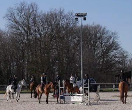 Photo d'un groupe examen passage de galop épreuve de saut d'obstacles