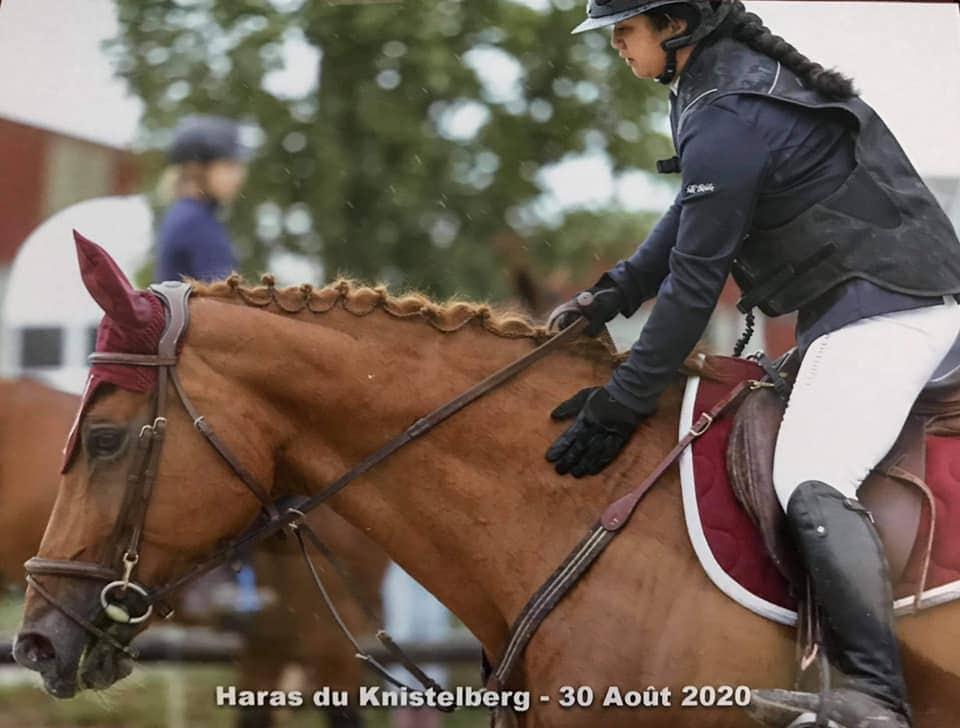 Photo de Noémie SCHAEFFER sur son cheval de compétition Thémis Club hippique ECKWERSHEIM Strasbourg