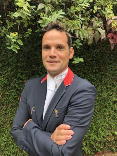 Photo de l'enseignant Simon Dalibert, en tenu de concours au Centre équestre situé près de Strasbourg