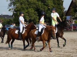 Photo de 3 cavaliers qui s'entrainent au Horseball sur leurs montures au Centre équestre Eckwersheim situé près de Strasbourg