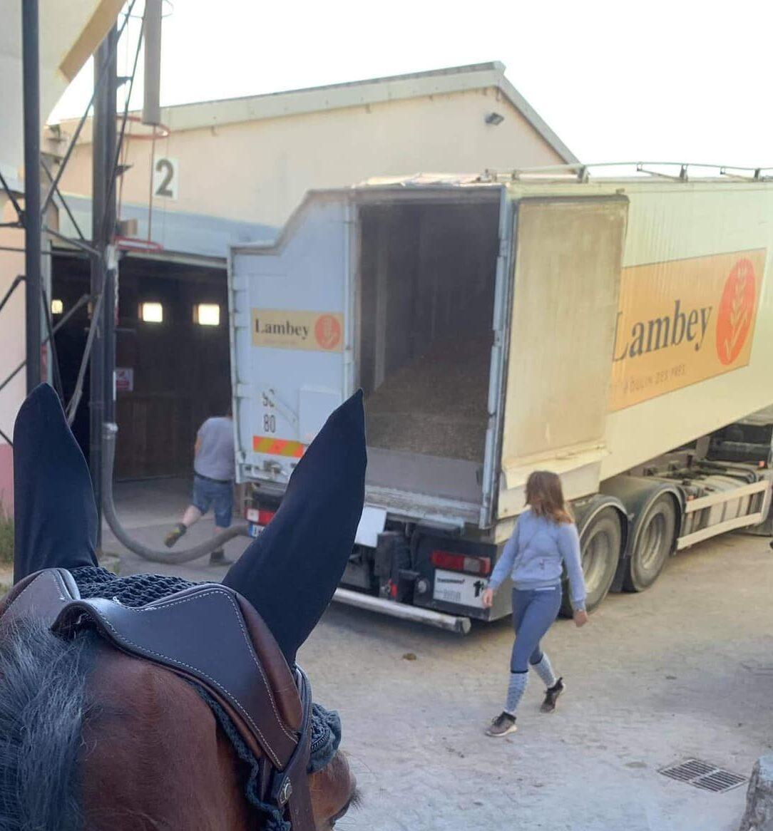Camion de livraison Lambley, une marque d'alimentation équine utilisée par le Club hippique Eckwersheim pour nourrir ses animaux