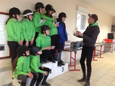 Photo d'un groupe de jeunes cavaliers qui apprennent l'équitation avec leur instituteur au Centre équestre Eckwersheim