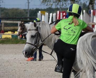 Photo d'une cavalière qui se prépare à pratiquer la discipline équestre du ponygames au Club hippique Eckwersheim